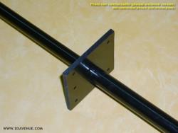 Plaque de haubanage pour antenne verticale